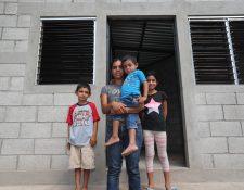 Sandra Martínez recibió la vivienda que le construyó Cementos Progreso. (Foto Prensa Libre: Erick Ávila)