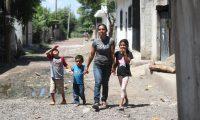 Fundaci—n de Cementos Progreso hace entrega de una vivienda a la se–ora Sandra Marilu Martinez, y le acompa–a sus hijos, Darwin Daniel, Carlos Raul, Mayteli, ella es una de las beneficiada del programa 21 d'as de felicidad la entrega de la vivienda se realizo en Asuncion Mita Jutiapa.    Fotograf'a. Erick Avila:         18/06/2019