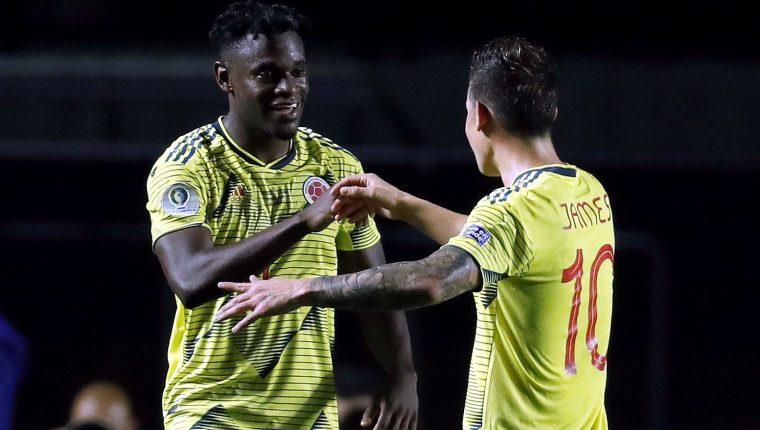 El jugador de Colombia Duvan Zapata (i) festeja con James Rodríguez, luego de haber convertido el único gol del juego contra Qatar (Foto Prensa Libre: EFE)