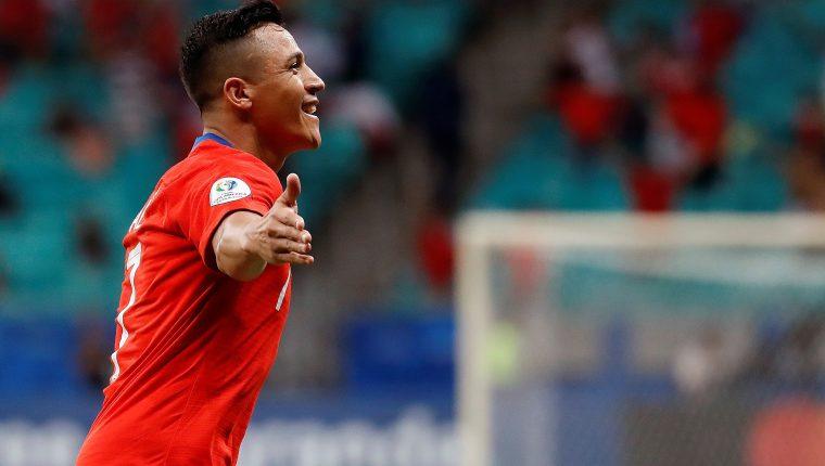 El atacante de Chile Alexis Sánchez celebra su gol, durante el partido Ecuador-Chile del grupo C de la Copa América de Futbol 2019, en el estadio Arena Fonte Nova de Salvador, Brasil (Foto Prensa Libre: EFE)