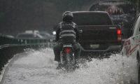 Las fuertes lluvias durante horas de la tarde en ciudad capital provocaron inundaciones en varias zonas de la capital, ocasiono atascos, congestionamiento del tr‡nsito vehicular. Foto Oscar Estrada, Prensa Libre.