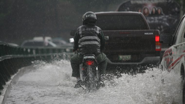 La basura que se tira en la calle o que es lanzada directamente a los drenajes provoca que estos colapsen con la lluvia, según la municipalidad.(Prensa Libre: Hemeroteca PL)