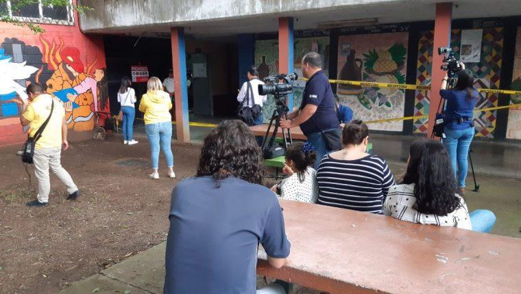 Varias personas se han acercado a votar a la mesa 2,595, donde supuestamente entregaron una boleta marcada a una ciudadana. (Foto Prensa Libre: Dulce Rivera)
