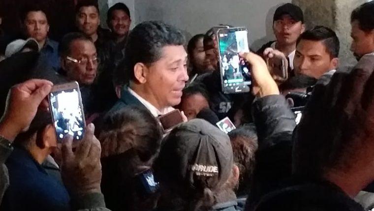 Víctor Hugo del Pozo da declaraciones a los medios al conocer la ventaja sobre los otros rivales. Foto Prensa Libre: Paola Torres.
