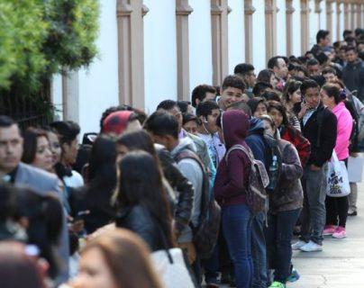 Miles de personas buscan empleo en Guatemala por medio de ferias de empleo, aplicaciones directas en empresas y otras opciones. (Foto, Prensa Libre: Hemeroteca PL).