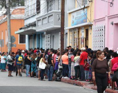 Personas hacen fila para recibir víveres en establecimiento educativo de la zona 1. (Foto Prensa Libre: Carlos Hernández).