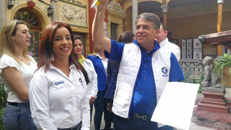 Edwin Escobar, que aspira a la presidencia con el Partido Prosperidada Ciudadana, llegó al TSE acompañado de su esposa Ginna López (izq.). (Foto Prensa Libre:  Ana Lucía Ola)