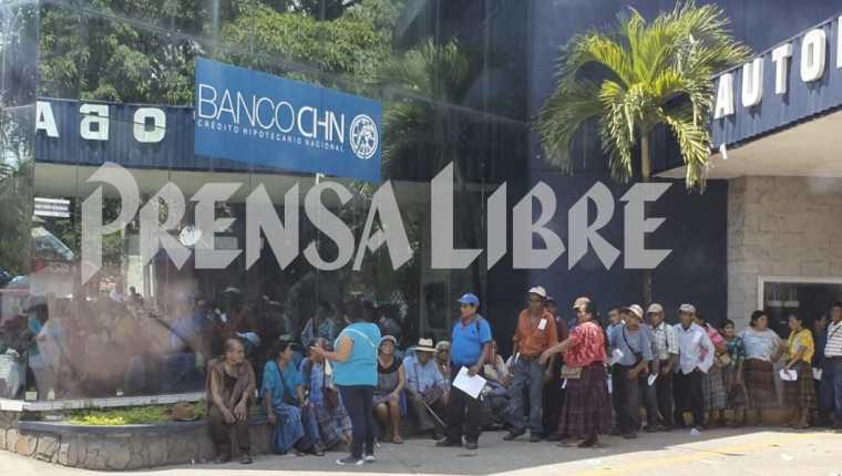 Cientos de expac hacían fila para cobrar el pago designado. (Foto Prensa Libre: Dony Stewart)