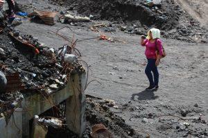 Algunos escombros aún permanecen en San Miguel Los Lotes.  Foto Prensa Libre: Carlos Hernández