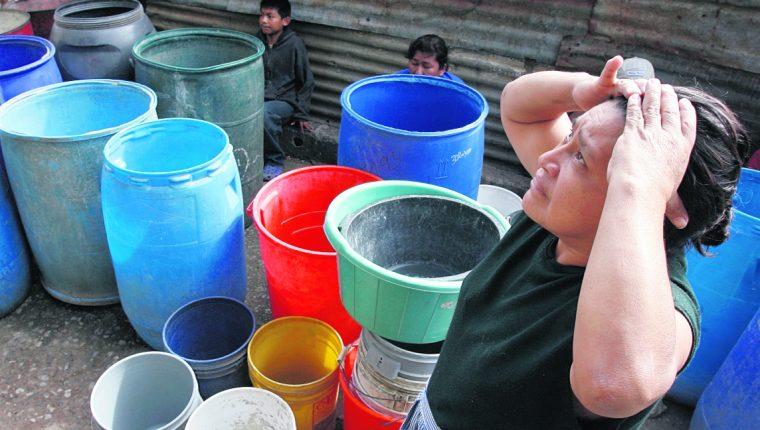 La escasez de agua es una de las principales exigencias de los capitalinos hacia quien asuma la alcaldía de la ciudad de Guatemala. (Foto Prensa Libre: Hemeroteca PL)