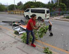 Empleados municipales recogen escombros luego de las protestas  en Tegucigalpa, Honduras. (Foto Prensa Libre: EFE)