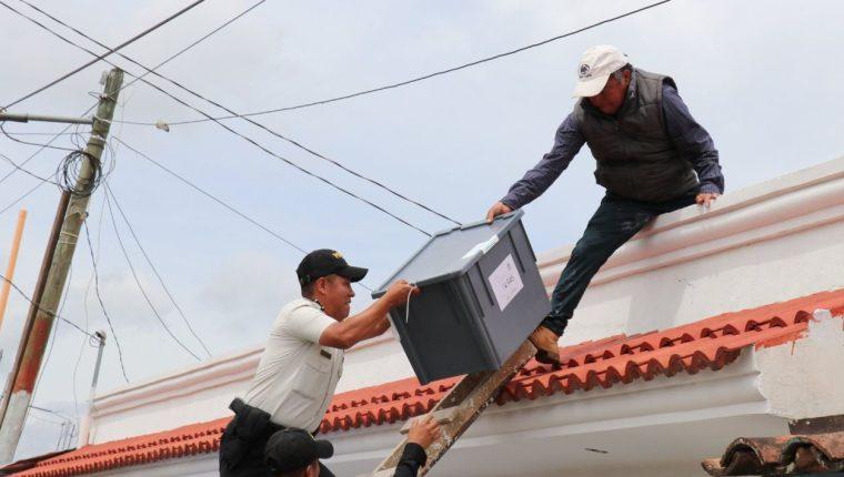 Autoridades recuperan cajas electorales en el techo de la sede de la Junta Electoral Municipal de San Antonio Ilotenango. (Foto Prensa Libre: Héctor Cordero)