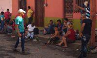 MEX050. TAPACHULA (MÉXICO),19/06/2019.- Migrantes salvadoreños realizan trámites migratorios este miércoles en la ciudad de Tapachula en el estado de Chiapas (México). Los migrantes salvadoreños que aguardan sus trámites en Chiapas esperan que la reunión de este jueves del presidente de México, Andrés Manuel López Obrador, con su homólogo de El Salvador, Nayib Bukele, facilite su estancia y mejore la realidad de su país. EFE/Carlos López
