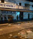 Papeletas tiradas en el suelo en un centro de votación en Iztapa, Escuintla. (Foto Prensa Libre: Carlos Paredes)