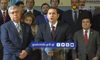 El presidente Jimmy Morales, acompañado por varios ministros de gobierno, en conferencia de Prensa.