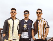 Los Jonas Brothers. De izquierda a derecha: Nick Jonas, Joe Jonas y Kevin Jonas (Foto Prensa Libre: @jonasbrothers en Instagram)