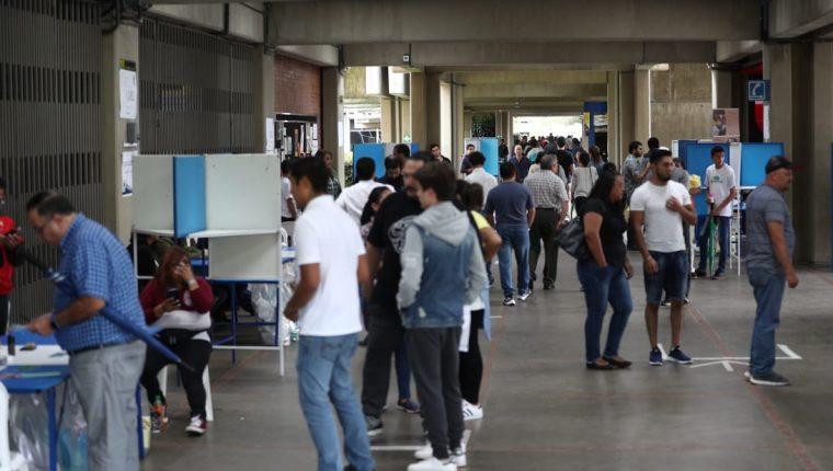 A las 18 horas se cerró en todo el país las Juntas Receptoras de Votos para comenzar con el proceso de conteo y validación. (foto prensa libre: Carlos Hernández)