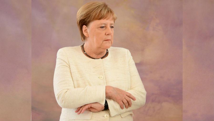 Merkel vuelve a sufrir temblores durante una ceremonia oficial