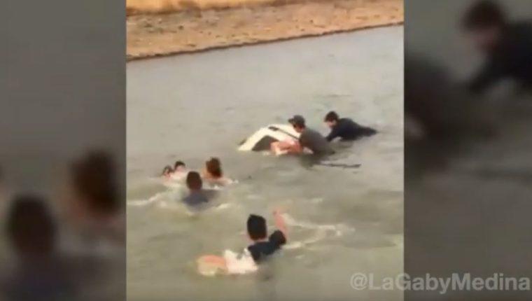 Momento en que una familia que no sabía nadar está apunto de ahogarse en una presa en Jalisco, México. (Foto Prensa Libre: Youtube)