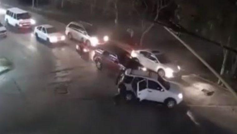 El ataque contra los oficiales ocurrió en medio de vehículos particulares.