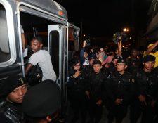 En medio de un fuerte contingente policial, los migrantes son obligados a abordar buses que los llevarán a la frontera con Honduras. (Foto Prensa Libre: Érick Ávila)