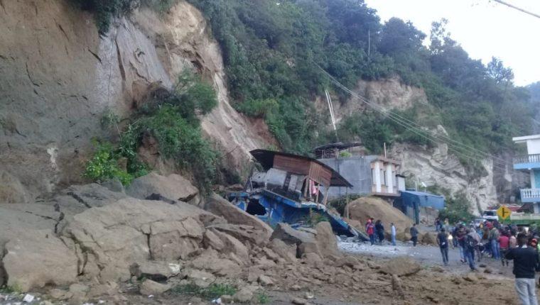 Los escombros bloquearon la carretera y varios rescatistas trabajan en el lugar. (Foto Prensa Libre: Conred)