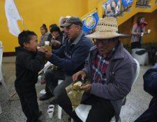 Los asistentes al mitin de Creo comieron tamales de maíz, pastel de banano y café. (Foto Prensa Libre: Érick Ávila)
