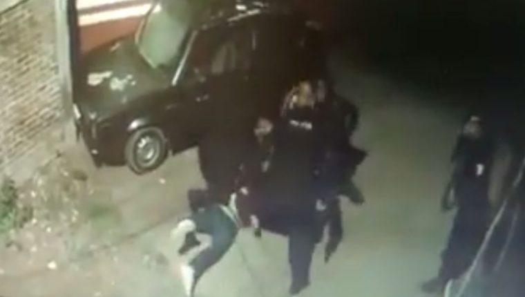 Captura de video que grabó la golpiza que le costó la vida a un sujeto en México.