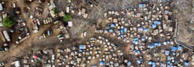 Vista aérea de un campamento de desplazados internos en Faladie, donde cerca de 800 desplazados internos encontraron refugio después de huir de la violencia entre comunidades en el centro de Mali. (Foto Prensa Libre: AFP)