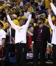 Los jugadores de los Raptors festejan la segunda victoria contra los Warriors. (Foto Prensa Libre: AFP).