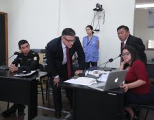 Momento en que el l inspector José Cuxaj revisa uno de los videos de la supuesta agresión al juez Pablo Xitumul -derecha-. (Foto Prensa Libre: Juan Diego González)