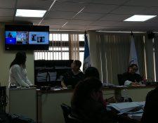 Por videoconferencia los supuestos pandilleros siguieron la audiencia. (Foto Prensa Libre: Kenneth Monzón)