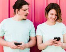 En algunas parejas, los chats y mensajes por celular son motivo de discordia, cuando se tratan de una persona del sexo opuesto.