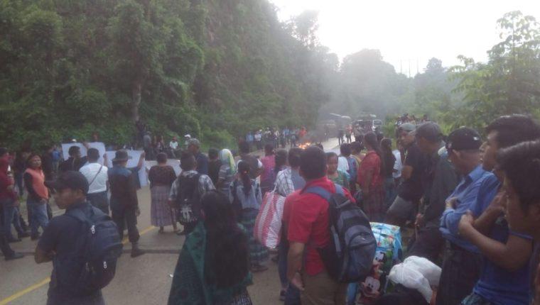Las personas permanecen en la carretera con carteles de rechazo a las elecciones del lugar. (Foto Prensa Libre: Eduardo Sam Chum)