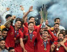 La Selección de Portugal festeja después de haber ganado la Copa de Liga de Naciones. (Foto Prensa Libre: AFP).