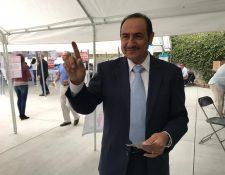 Aroldo Ramírez fue el primer votante en Los Ángeles, Estados Unidos, lo hizo en la mesa 2101. (Foto Prensa Libre: Marco López)