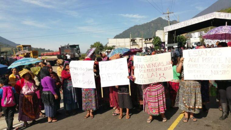 Varias mujeres permanecen en el peaje de Zunil, Quetzaltenango. (Foto Prensa Libre: María José Longo)