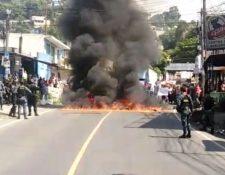 El jueves pasado cuando se detuvieron a las tres personas vinculadas a asesinatos, patrulleros de Bárcenas incendiaron llantas. (Foto Prensa Libre: Hemeroteca PL)