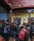 Pobladores de Mactzul, Chichicastenango, protestan frente al despacho municipal, (Foto Prensa Libre: Héctor Cordero).