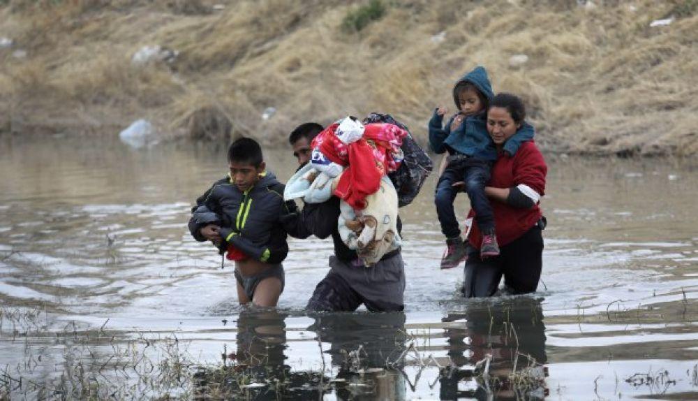 """""""El agua se llevó primero a la niña"""": Conmueven muertes de padre e hija migrantes en el Río Bravo"""