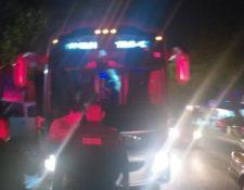 Migrantes son bajados de los autobuses en Tuxtla Gutiérrez. (Foto: AlertaChiapas)