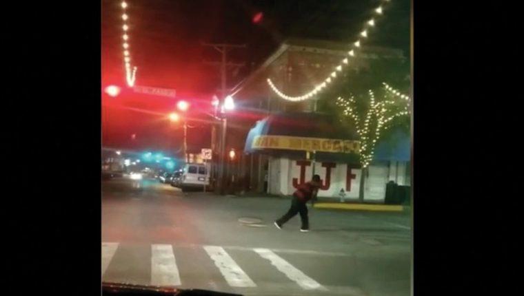 Captura de video del momento en que uno de los migrantes salen por un alcantarillado en Texas. (Foto: lopezdoriga.com)