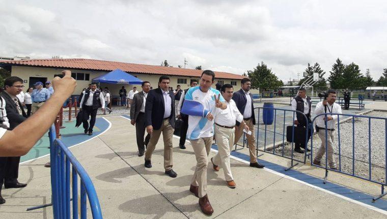 El presidente Jimmy Morales en la supervisión de la restauración de campos en calzada Roosevelth. (Foto Prensa Libre: Andrea Domínguez)