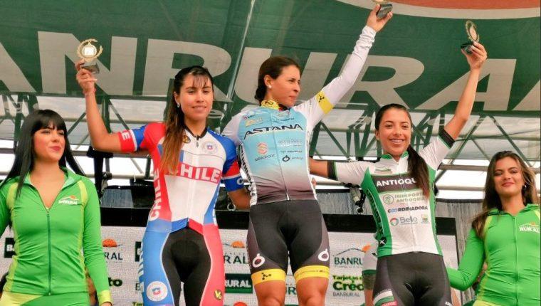 La cubana Arlenis Sierra, posa junto a  Denisse Ahumada, de Chile, y  Erika Botero, de Colombia. (Foto CDGA).