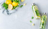 El agua con limón ayuda a eliminar toxinas. (Foto Prensa Libre: Servicios).