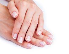 Al igual que el cabello, las uñas crecen de manera natural pero hay algunas acciones que pueden interrumpir su crecimiento o dañarlas. Morderlas es la más común. (Foto Prensa Libre: Servicios)