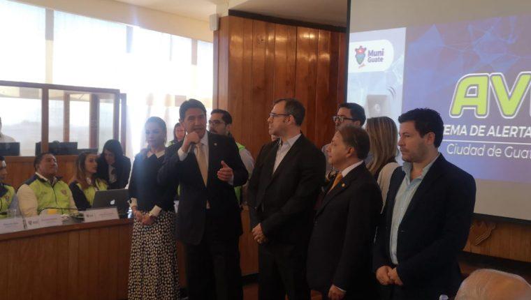 Ricardo Quiñonez, alcalde capitalino recibe el sistema de prevención. (Foto Prensa Libre: La Red)