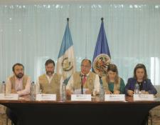 El jefe de la Misión de Observación Electoral de la OEA, Luis Guillermo Solís (centro), presenta el informe preliminar sobre el trabajo realizado. (Foto Prensa Libre: cortesía)
