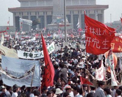 Miles de personas ocuparon la emblemática plaza de Tiananmen en Pekín y las movilizaciones se extendieron por otras partes del país. (REUTERS)