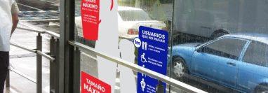 Las normas de uso de Transmetro están colocadas en las paradas del servicio. (Foto Prensa Libre: Cortesía PMT).